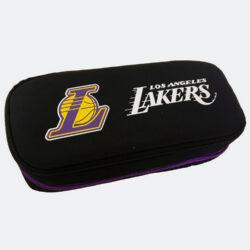 Προσφορά από το Cosmossport σε NBA  - NBA Los Angeles Lakers Κασετίνα Βαρελάκι Οβάλ 9 x 21 x 6 cm (9000062161_48583) - DealFinder.gr